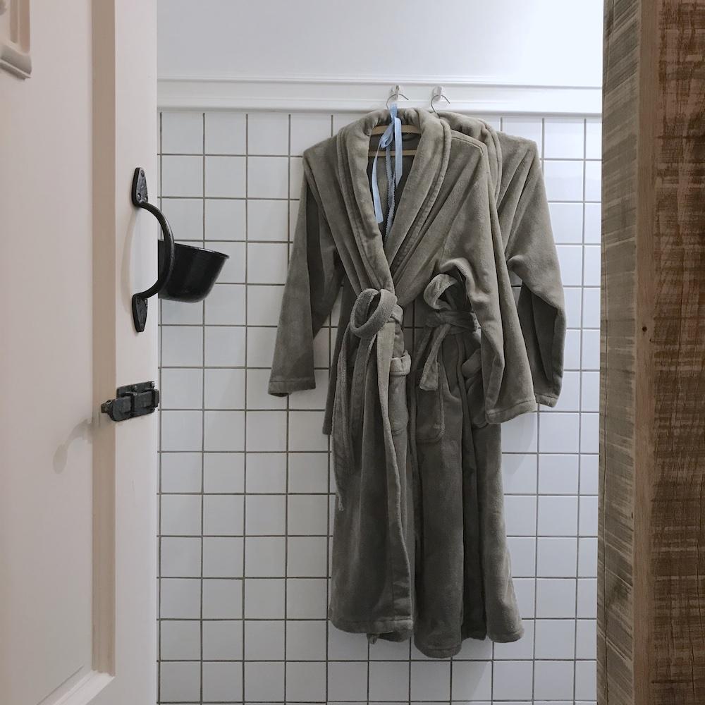 Witte Huisje badjassen en badslippers aanwezig