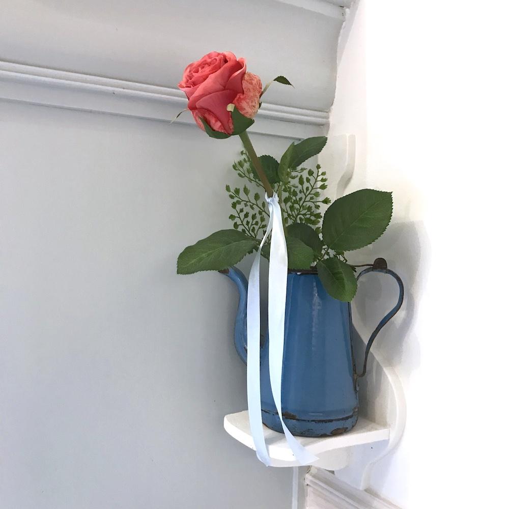 Witte Huisje roosje in de woonkamer